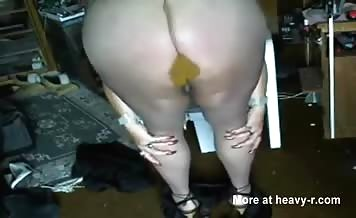 Chubby babe shitting in her brown pantyhose