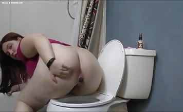 Fat girl shits two times