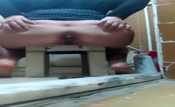 Turkish babe shitting