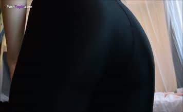 Big turd in black yoga pants