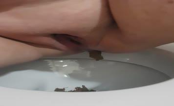 BBW babe close up shitting
